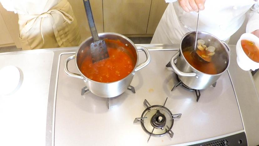 ムッシュ高木が教えるアサリのトマトソース:アサリの出汁にトマトソースを投入