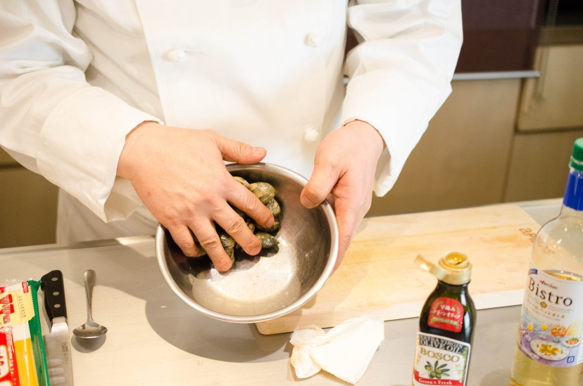 ムッシュ高木が教えるアサリのトマトソース:アサリ砂抜き、塩抜き、灰汁抜き