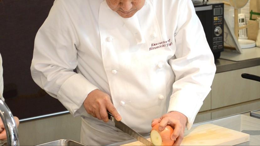 ムッシュ高木の料理の基本:玉ねぎを切る