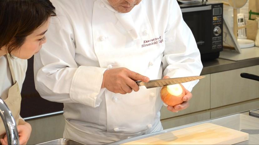 ムッシュ高木の料理の基本:玉ねぎの皮をむく