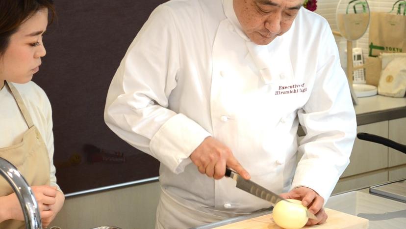 ムッシュ高木の料理の基本:玉ねぎを半分にカット