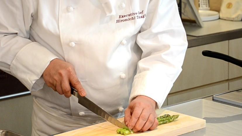 ムッシュ高木の料理の基本:アスパラガスの乱切り