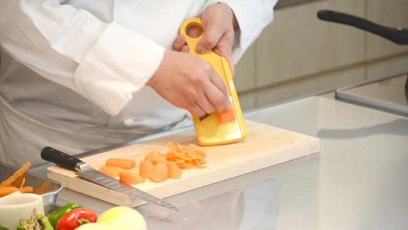 ムッシュ高木の料理の基本:人参の千切り スライサーを使う
