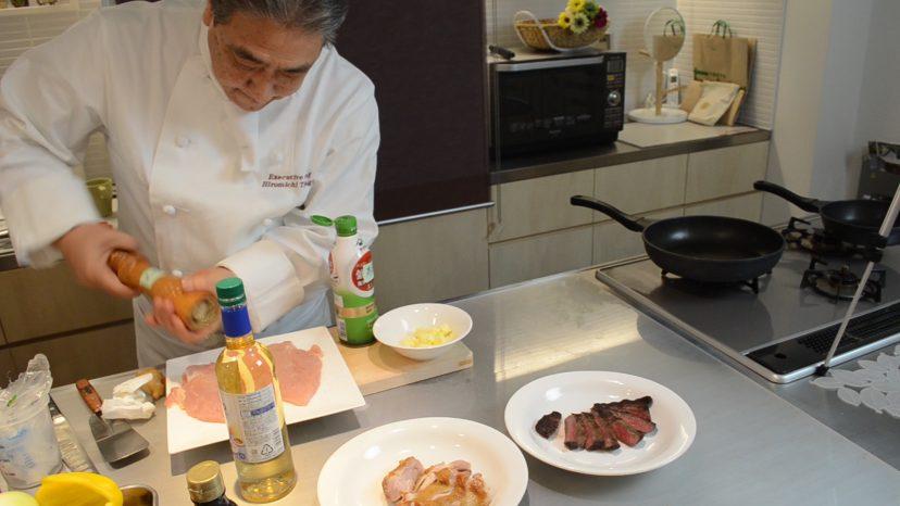 ムッシュ高木の料理の基本:フライパンの使い方 鶏ムネ肉のステーキ 塩コショウを降る