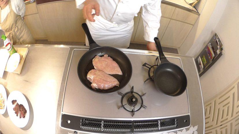 ムッシュ高木の料理の基本:フライパンの使い方 鶏ムネ肉のステーキ 鶏の胸肉を焼いていく