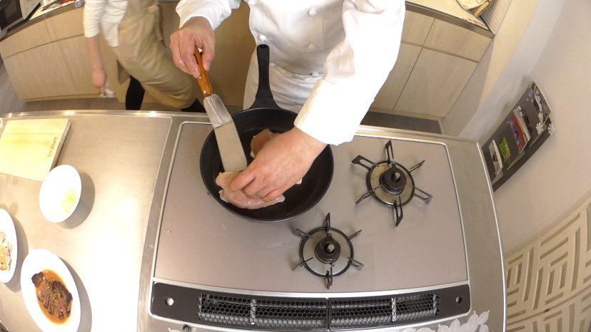 ムッシュ高木の料理の基本:フライパンの使い方 鶏胸肉のステーキ 端の焼き具合を確認