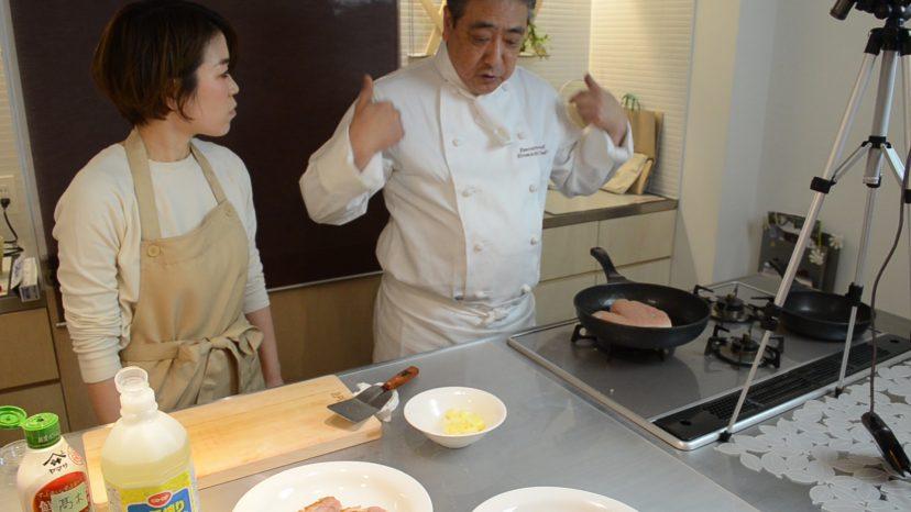 ムッシュ高木の料理の基本:フライパンの使い方 鶏胸肉のステーキ 胸に栄養の源がある