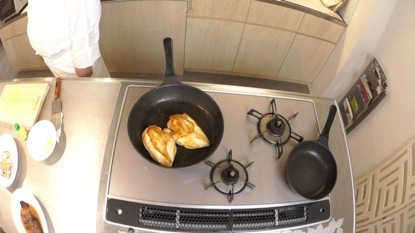 ムッシュ高木の料理の基本:フライパンの使い方 鶏胸肉のステーキ 返し