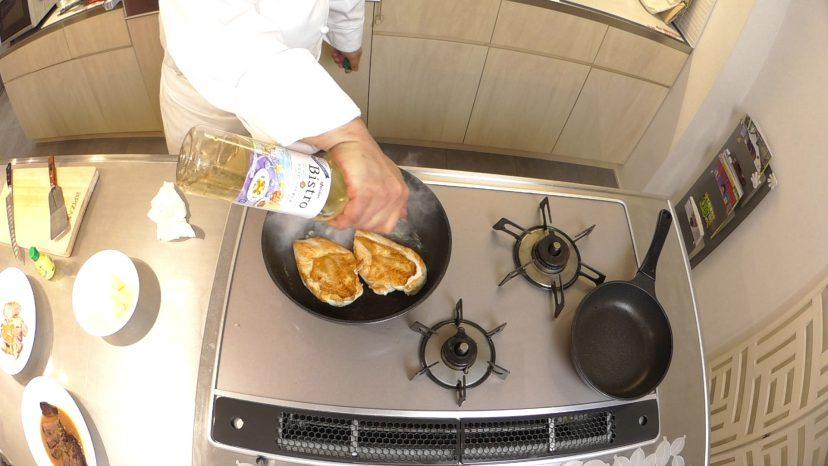 ムッシュ高木の料理の基本:フライパンの使い方 鶏胸肉のステーキ 白ワインで蒸し煮に
