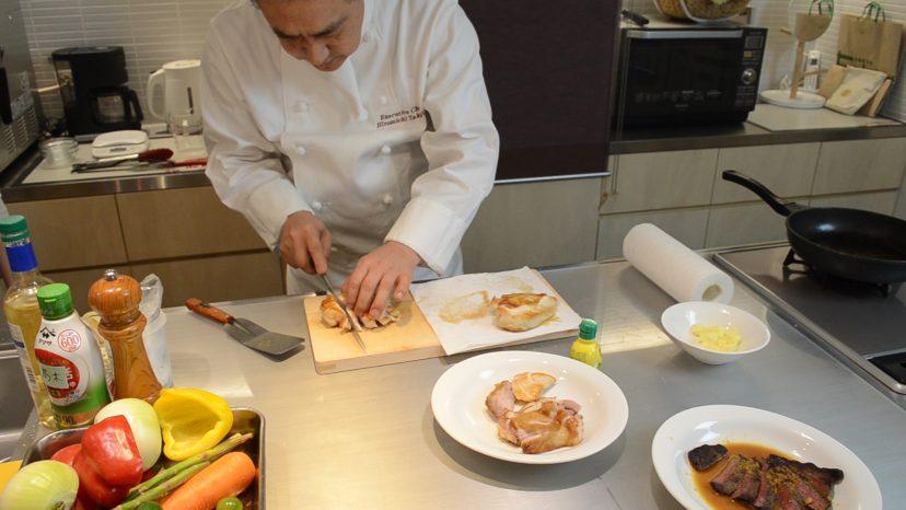 ムッシュ高木の料理の基本:フライパンの使い方 鶏胸肉のステーキ スライスしていきます