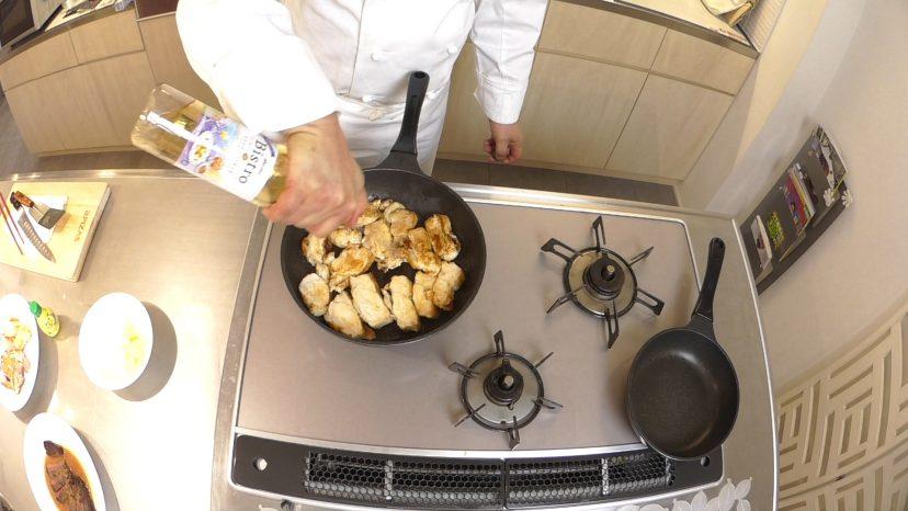 ムッシュ高木の料理の基本:フライパンの使い方 鶏胸肉のステーキ 火が通ていない箇所をもう一度焼きます