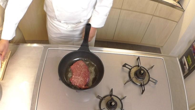 ムッシュ高木の料理の基本:フライパンの使い方 ランプ肉を入れる