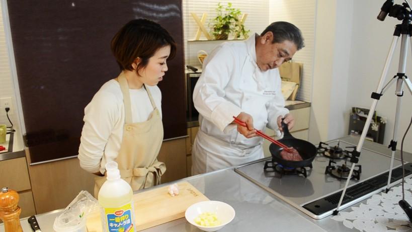 ムッシュ高木の料理の基本:フライパンの使い方 肉の焼き加減は端をみて確認