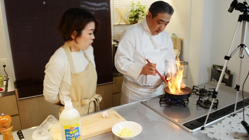 ムッシュ高木の料理の基本:フライパンの使い方 肉を裏返す時に火が出るかもしれませんので注意
