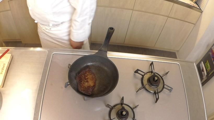 ムッシュ高木の料理の基本:フライパンの使い方 肉を裏返すといい焼き色が!