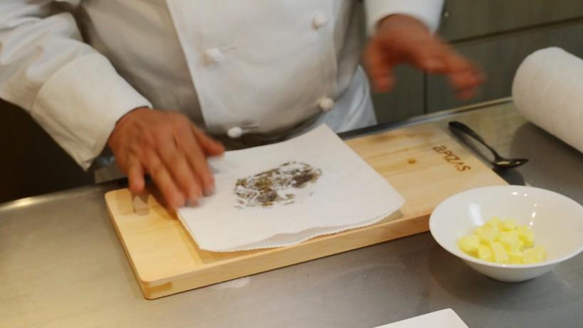 ムッシュ高木の料理の基本:フライパンの使い方 キッチンペーパーで包み少し寝かします
