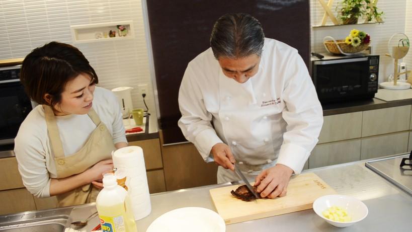 ムッシュ高木の料理の基本:フライパンの使い方 焼き色はどうでしょう?カットします。