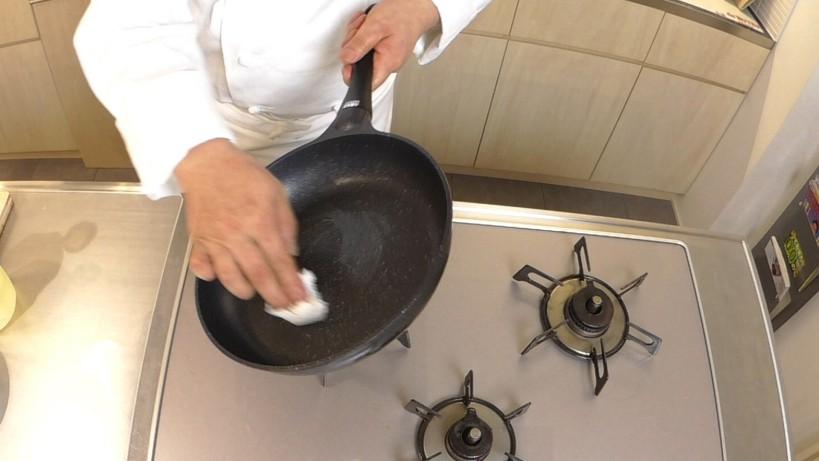 ムッシュ高木の料理の基本:フライパンの使い方 鶏モモは皮に油があるのでサラダ油はフライパンに塗る程度でOK