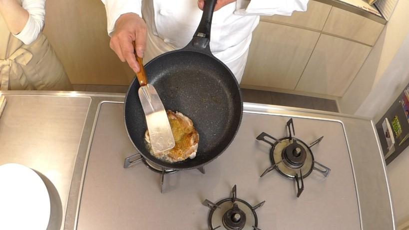 ムッシュ高木の料理の基本:フライパンの使い方 鶏モモの厚い部分はブライパンに押し当てて火を通します