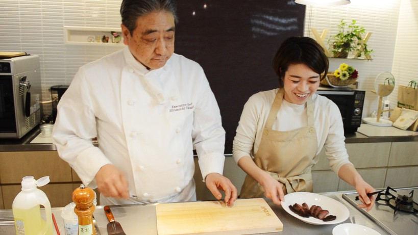 ムッシュ高木の料理の基本:フライパンの使い方 牛のランプ肉の出来栄えに安藤さんもにっこり