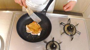 ムッシュ高木の料理の基本:フライパンの使い方 鶏モモ肉クリスピーステーキ