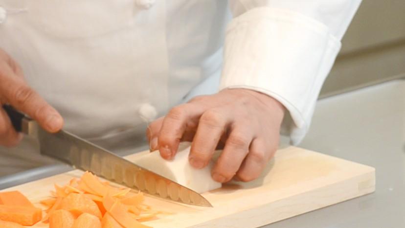 ムッシュ高木の料理の基本:左手の使い方 人差し指を使う