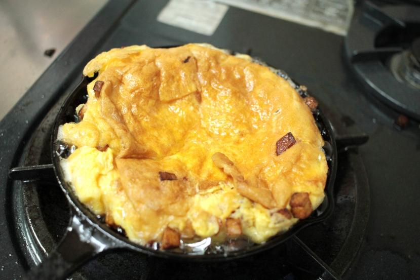 ムッシュ高木の裏ワザレシピ:スパニッシュオムレツ(スペイン風オムレツ) - 卵を投入