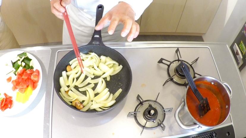 ムッシュ高木が教えるラタトゥイユ:まずは玉ねぎを炒める