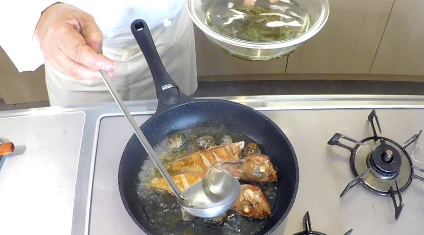 羅臼昆布水のアクアパッツァ 魚の焼き方5