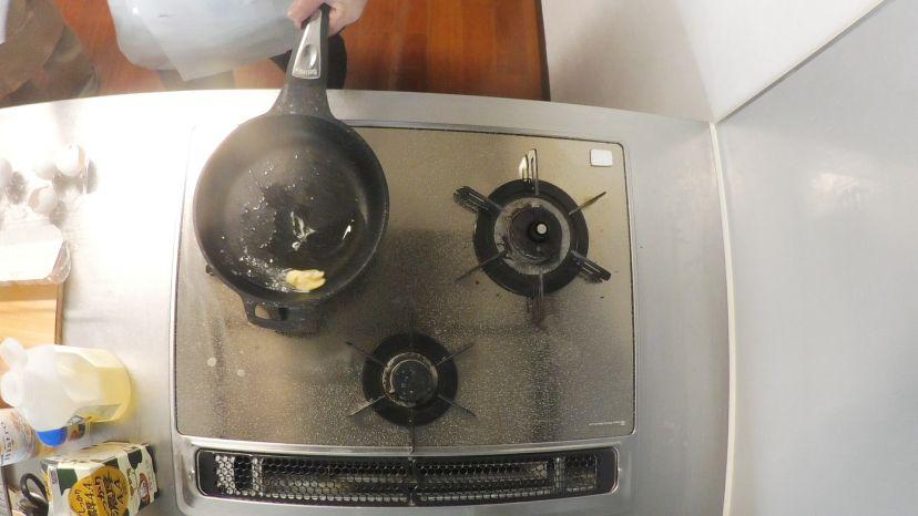 卵だけで作る、簡単&ふわふわのプレーンなオムレツのレシピと作り方:サラダ油が温まったらバターを溶かします