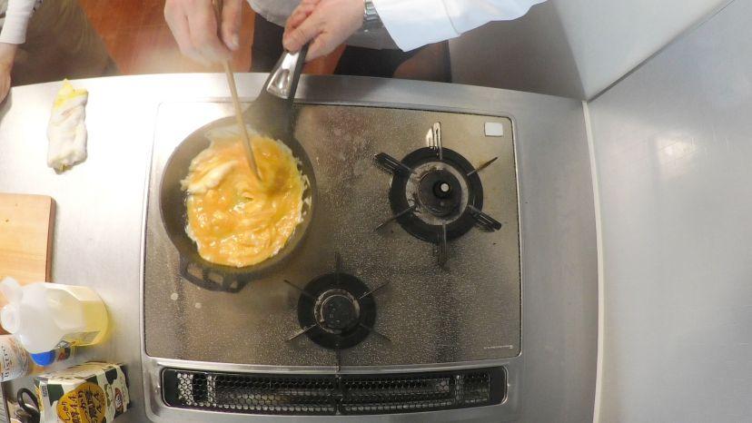 卵だけで作る、簡単&ふわふわのプレーンなオムレツのレシピと作り方:卵を手早く混ぜます
