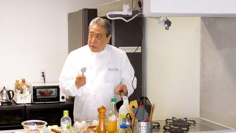 卵だけで作る、簡単&ふわふわのプレーンなオムレツのレシピと作り方:作り方を説明する高木シェフ
