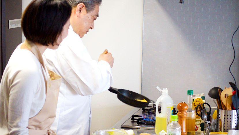 卵だけで作る、簡単&ふわふわのプレーンなオムレツのレシピと作り方:フライパンの柄の部分を軽くたたき、その反動で卵を整形します