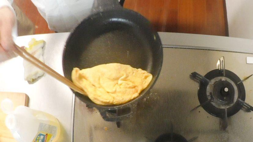 卵だけで作る、簡単&ふわふわのプレーンなオムレツのレシピと作り方:フライパンを大きくあおって卵を裏返します