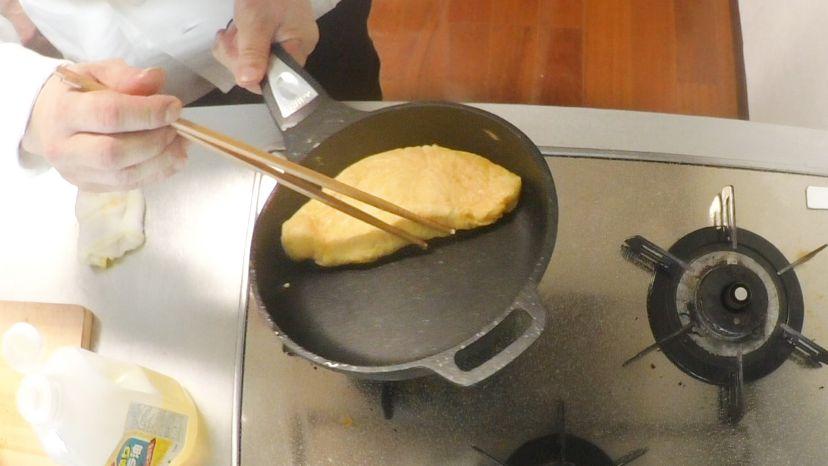 卵だけで作る、簡単&ふわふわのプレーンなオムレツのレシピと作り方:フライパンの端の部分で綺麗に整形します
