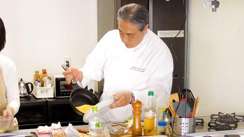 卵だけで作る、簡単&ふわふわのプレーンなオムレツのレシピと作り方:フライパンをかぶせるようにしてオムレツをお皿に移します
