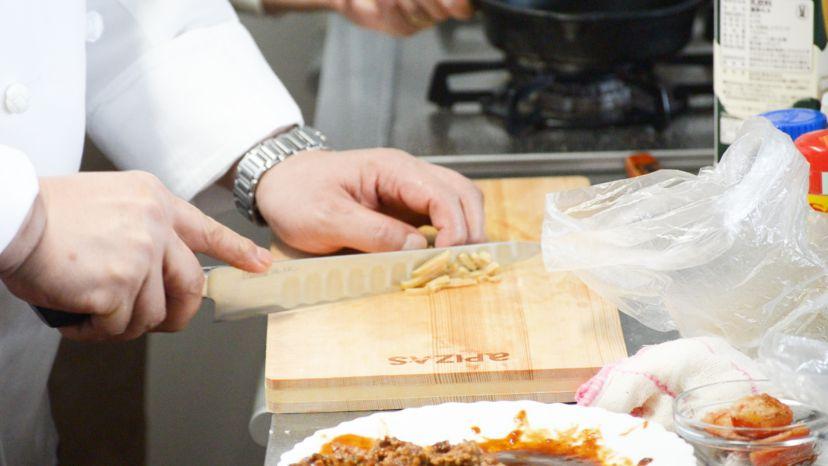 レトルトハンバーグをグラタンにアレンジ!レシピと作り方:マッシュルームの水煮缶をスライスします