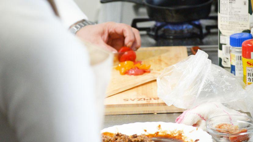 レトルトハンバーグをグラタンにアレンジ!レシピと作り方:プチトマトを細かくカットします