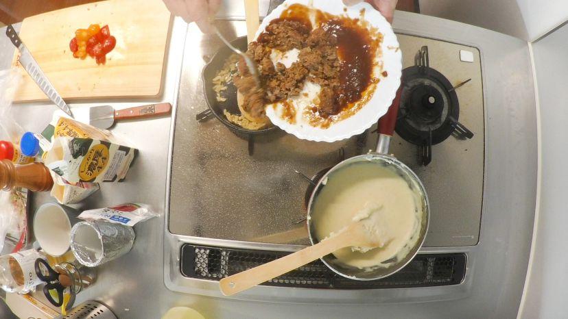 レトルトハンバーグをグラタンにアレンジ!レシピと作り方:細かくしたハンバーグをフライパンに入れます
