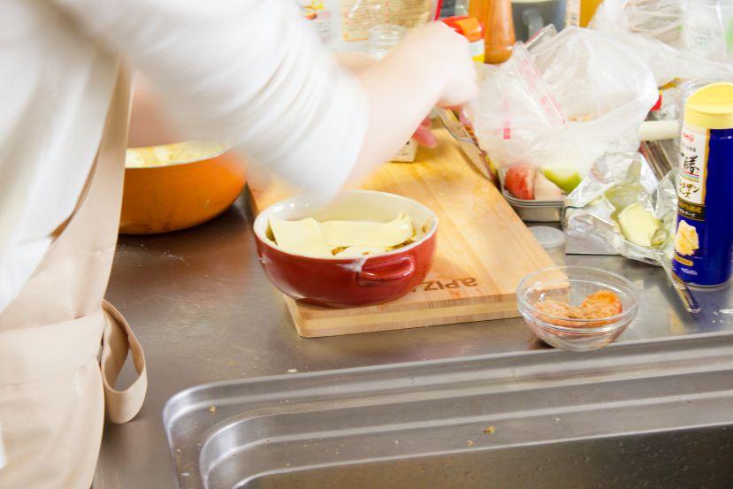 レトルトハンバーグをグラタンにアレンジ!レシピと作り方:とろけるチーズをのせます