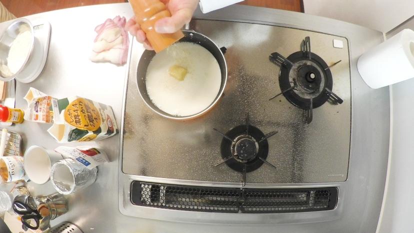 簡単!本格的な味わいのマッシュポテトの作り方:塩コショウを振ります