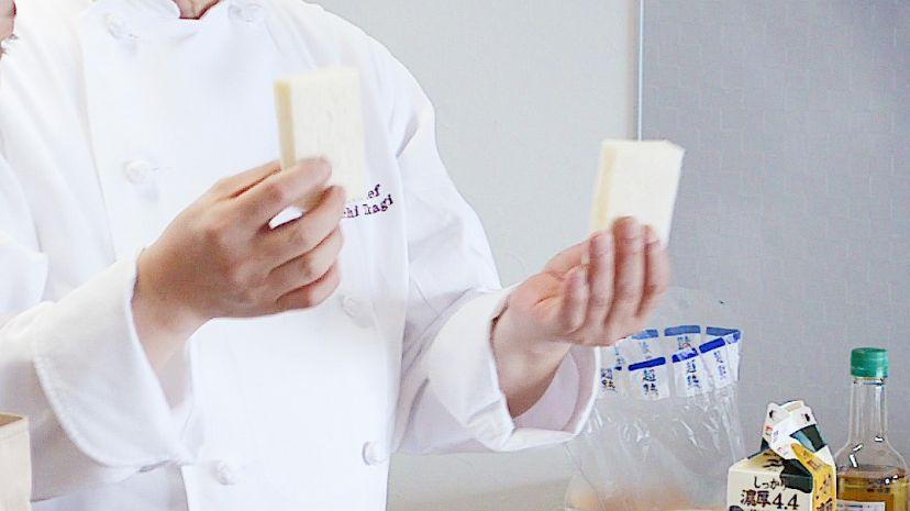 フレンチトーストの作り方:パンを半分にカットします