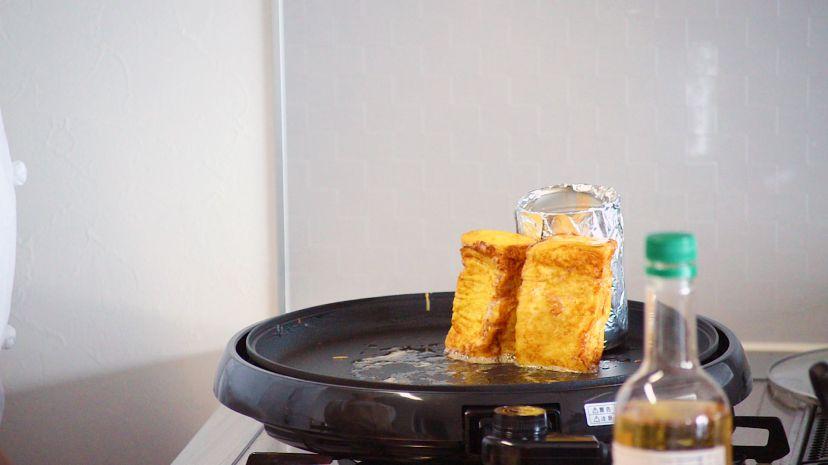 フレンチトーストの作り方:空き缶を使い側面もしっかり焼いていきます