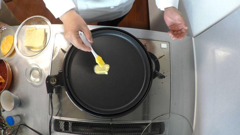 フレンチトーストの作り方:ホットプレートにバターを落とします