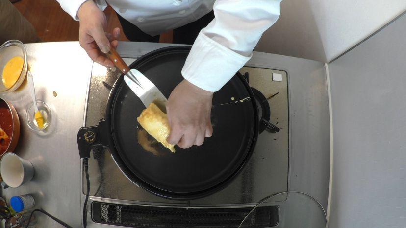 フレンチトーストの作り方:焼き色を見ながらこまめにパンをひっくりかえしましょう