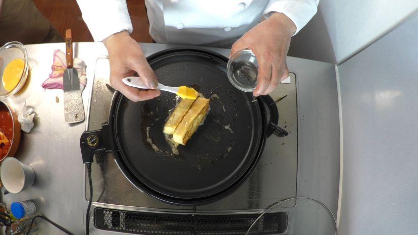 フレンチトーストの作り方:側面もしっかり焼いていきます