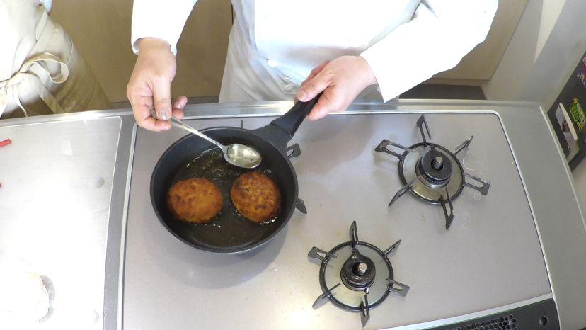 スプーンで油をすくい、油に接していない面にも油をかけてあげます