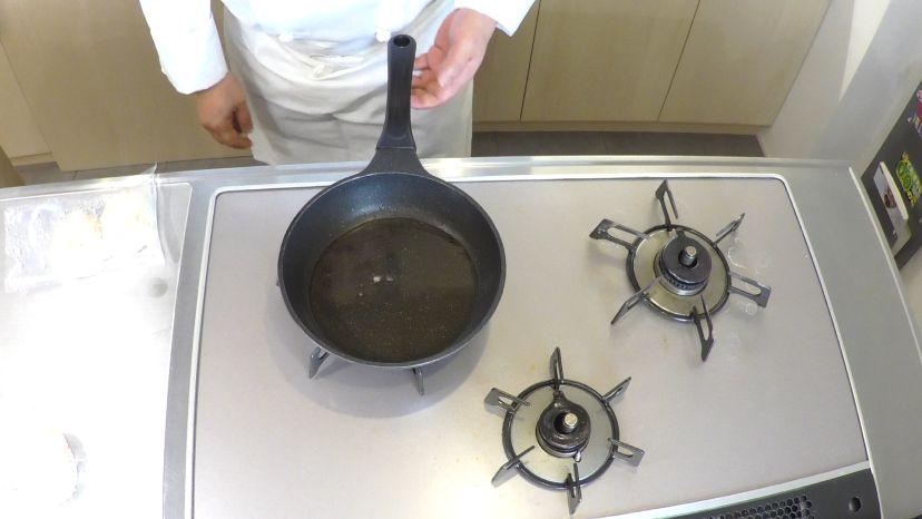 サラダ油にパン粉を落とし、油の温度を測ります