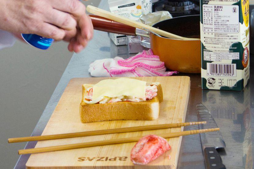 簡単ピザトーストの作り方:とろけるチーズとパルメザンチーズをのせます