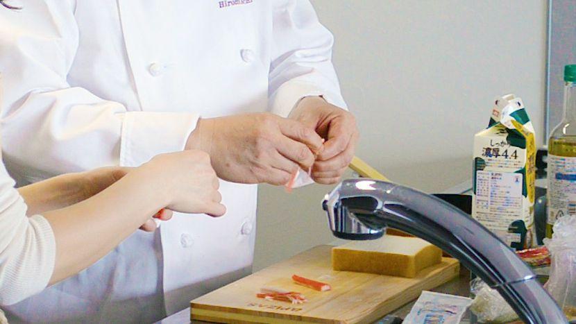 簡単ピザトーストの作り方:カニカマを割きます